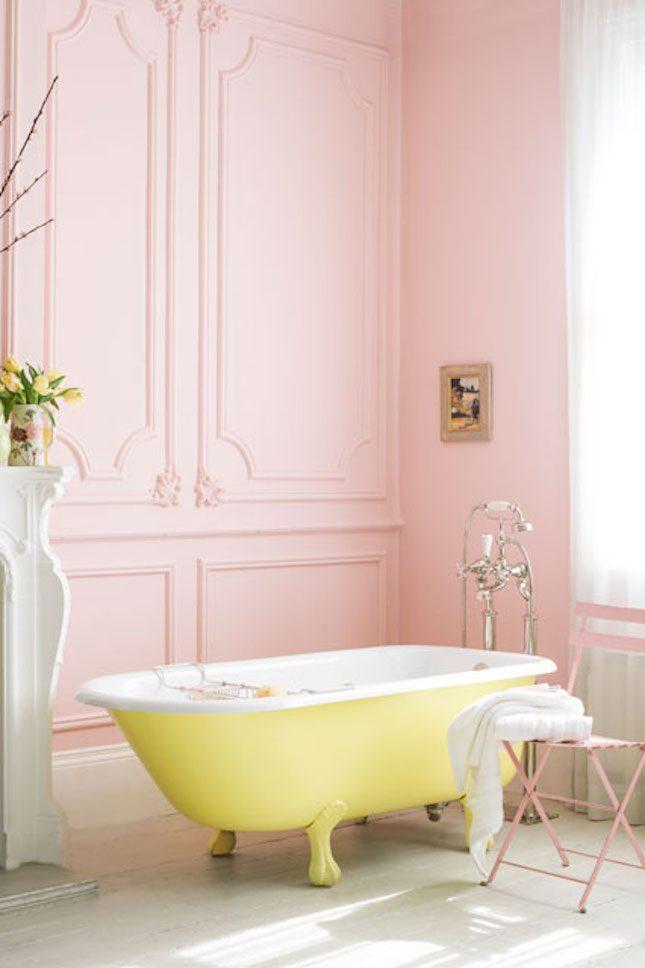 banheira-amarela-pastel-com-paredes-rosa-house-and-garden
