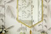 banheiro-elegante-com-papel-de-parede-de-palmeiras-cinza