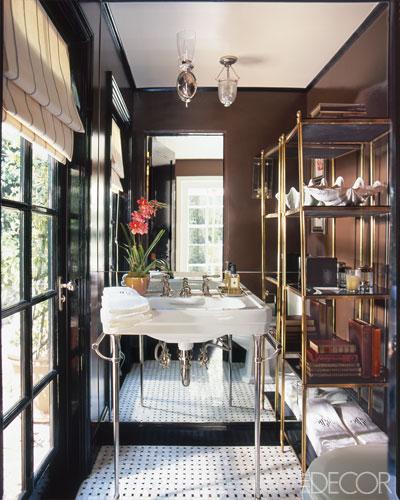 banheiro-marrom-com-parede-espelhada-e-porta-com-vidro
