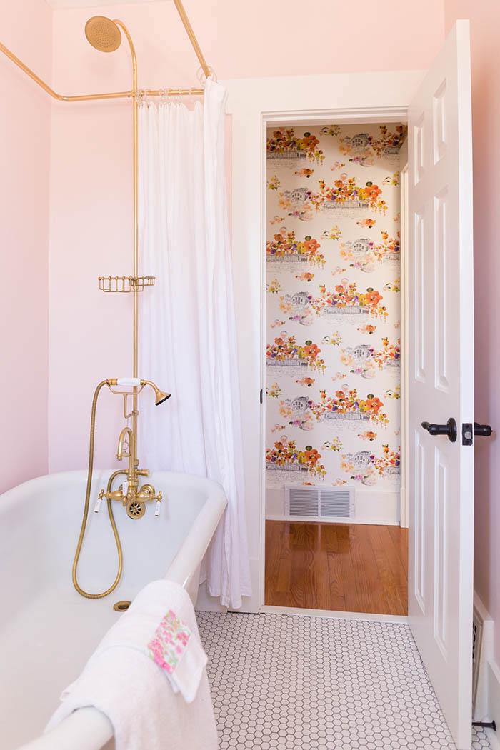 banheiro-mistura-retro-e-moderno-parede-rosa