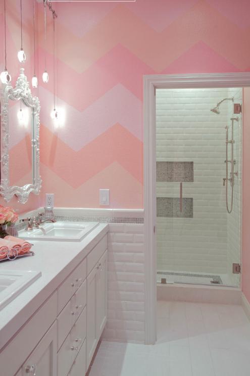 banheiro-rosa-retro-com-chevron-na-parede-jim-decker