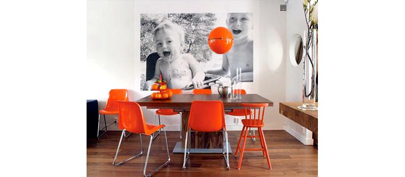 foto-de-bebed-sujos-de-comida-em-frente-a-mesa-de-jantar