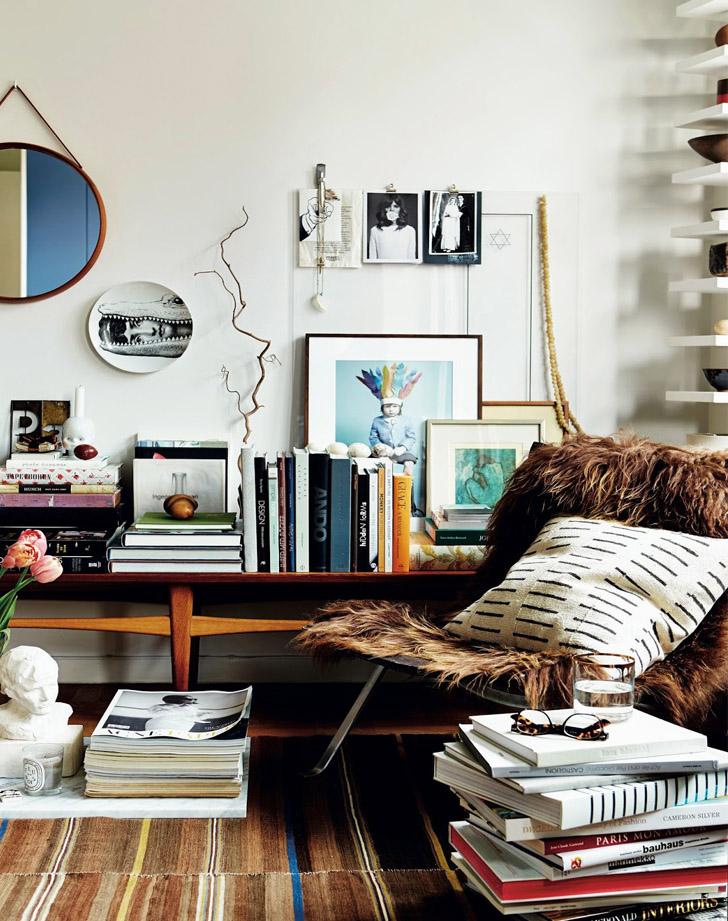 canto-de-leitura-cheio-de-livros-pilha-de-livros-como-mesa-MY SCANDINAVIAN HOME