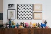 A coleção de bonecos fica sobre o bufê na sala de almoço. Na parede, azul...