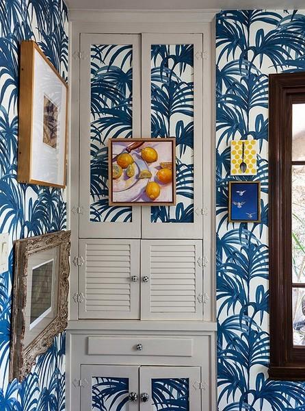 casa-com-papel-de-parede-de-palmeiras-folhas-azuis