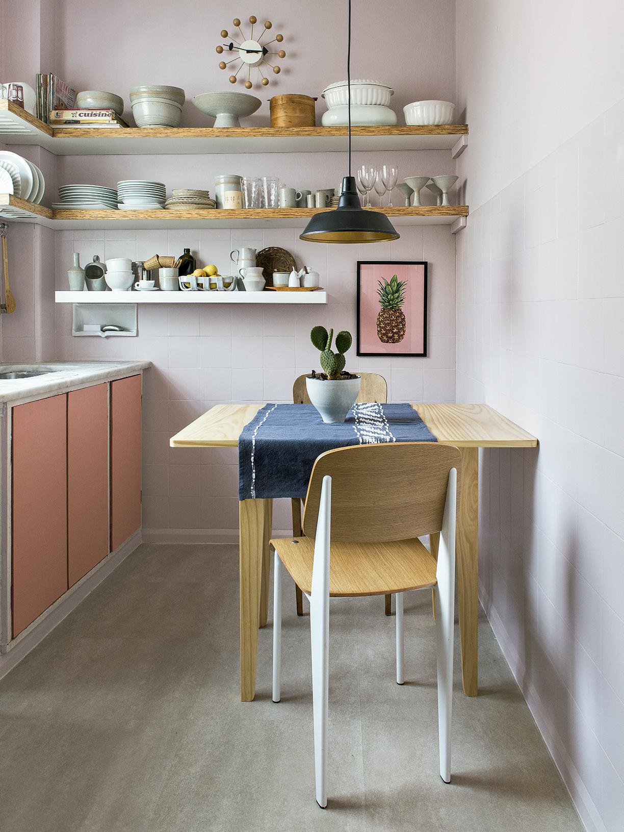 cozinha-rosa-pastel-com-azulejos-pintados