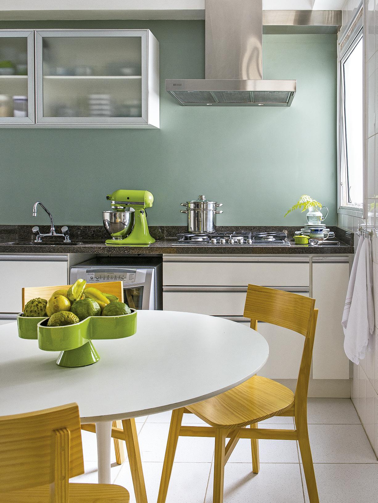 cozinha-com-painel-verde-pastel-que-esconde-ceramica-KTA-Arquitetura