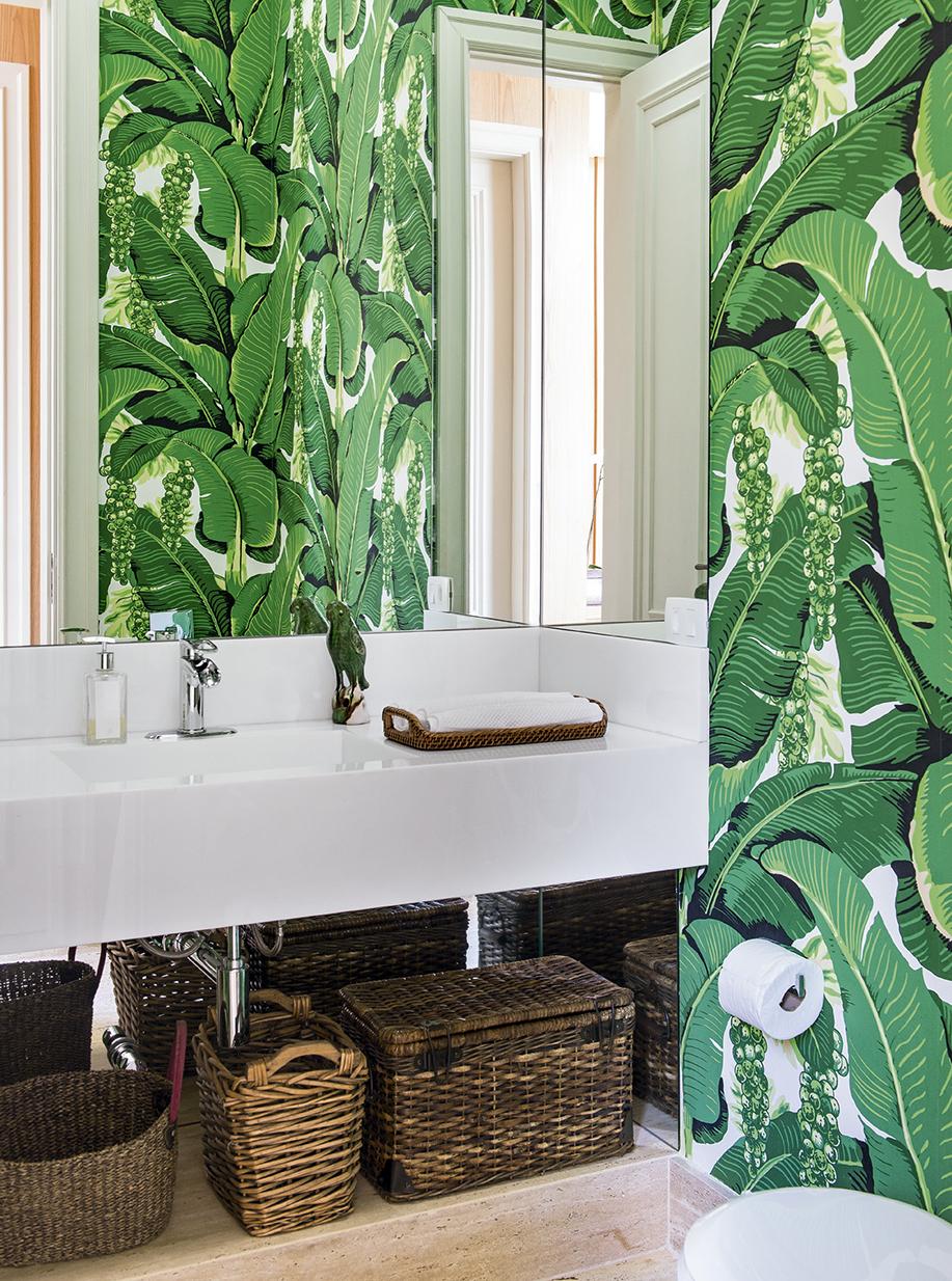 lavabo-com-papel-de-parede-de-folhas-celina-dias
