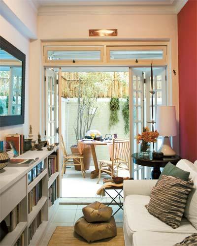 No pequeno terraço, as cadeiras de bambu são da Stilo Ásia, que também fo...