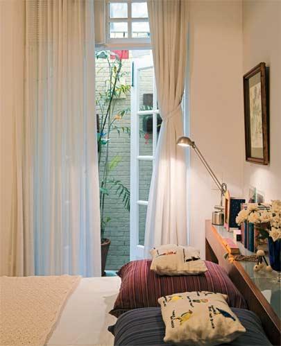 Sobre a cama, manta de fio de bambu do Empório Beraldin e almofadas aromáti...