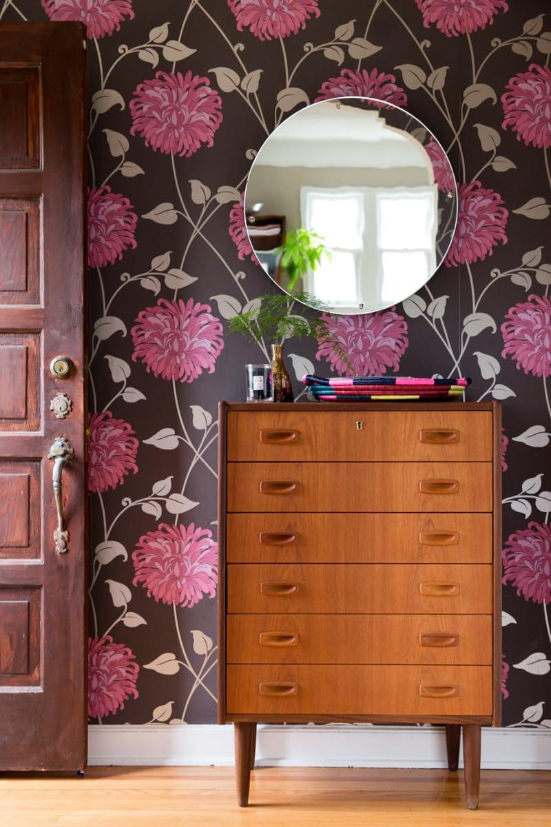 comoda-vintage-marrom-no-hall-com-papel-de-parede-e-espelho- Design Sponge