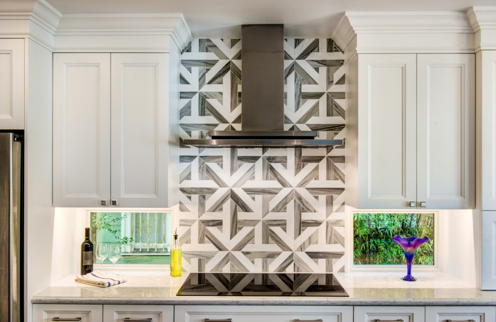 cozinha-branca-com-coluna-geometria-acima-do-cooktop-hdr-remodeling-inc