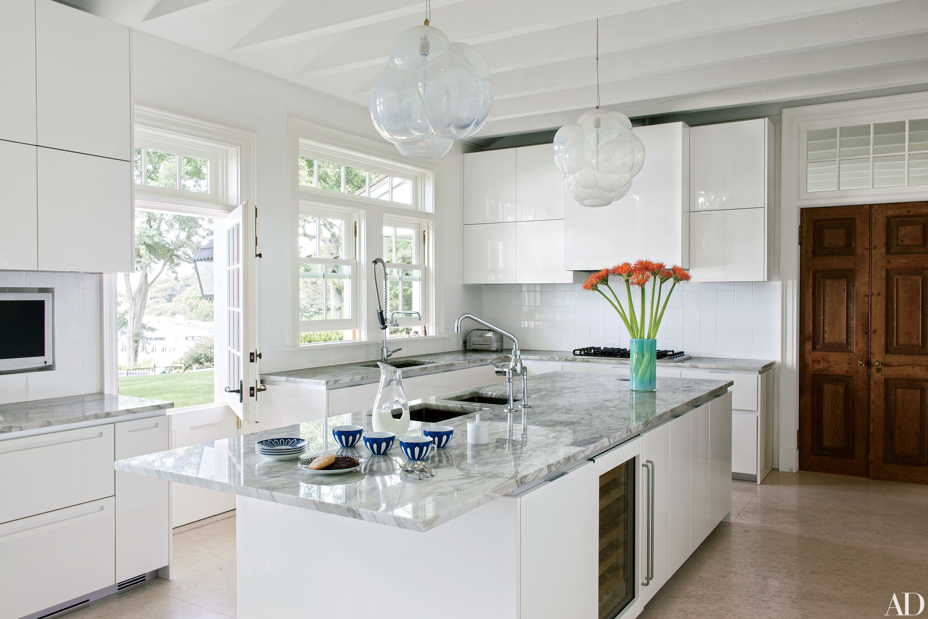 cozinha-branca-com-luminaria-em-bolhas-architectural-digest-roger-davis