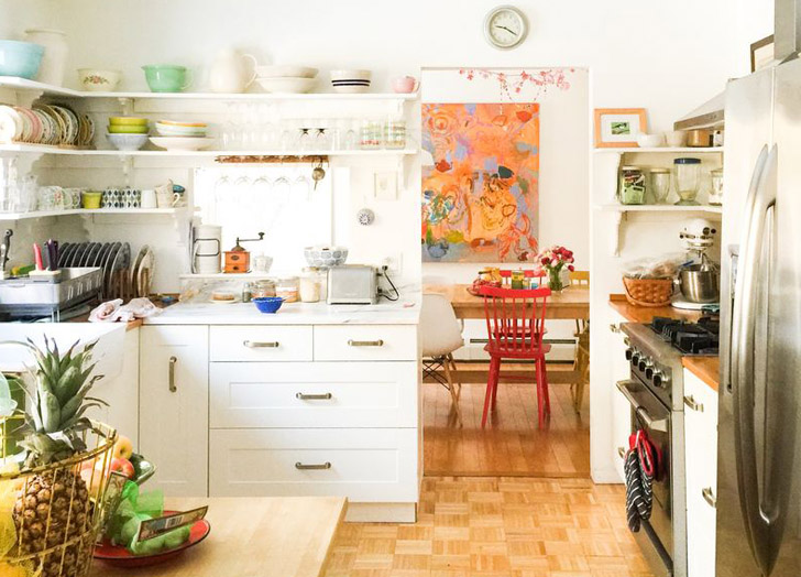 cozinha-com-prateleiras-repletas-de-objetos-NEST DECORATING