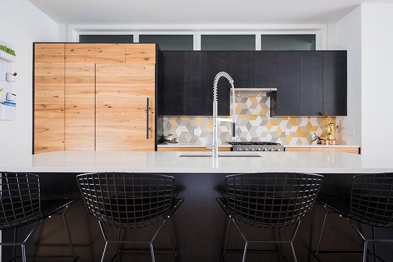 cozinha-reta-madeira-branca-azulejos-coloridos-design-Beyond-Homes