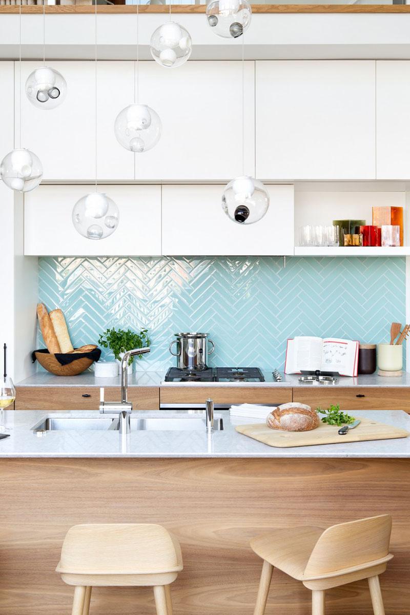 coznha-branca-com-azulejos-em-padrao-espinha-de-peixe-Design-Falken-Reynolds-Foto-Ema-Peter