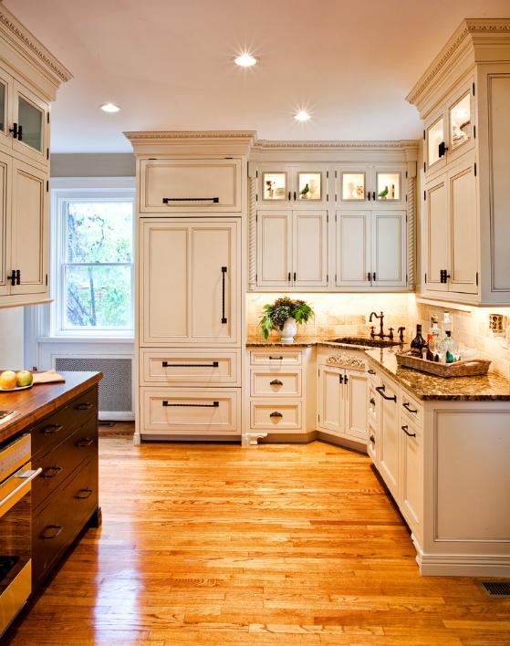 cozinha-com-geladeira-integrada-em-gabinetes-brancos-tradicionais