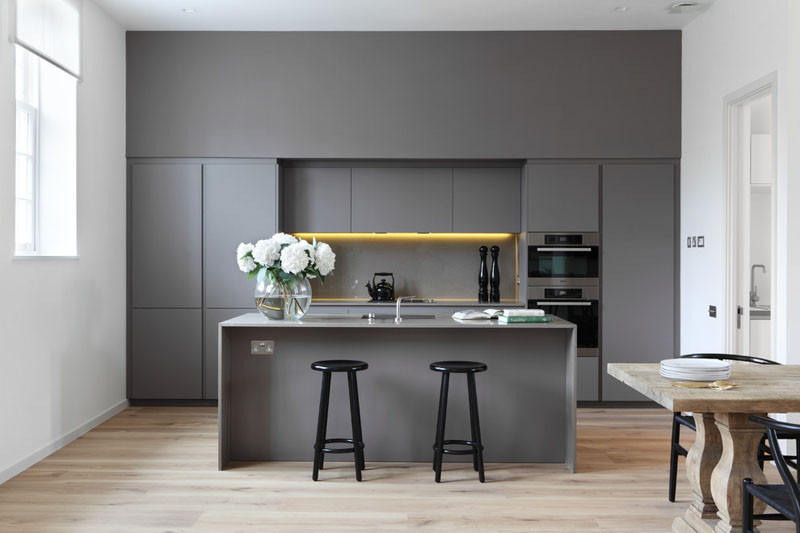cozinha-simples-com-geladeira-integrada-em-cinza-branco-e-madeira
