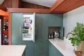 cozinha-com-madeira-e-geladeira-integrada-em-armário-verde-azulado