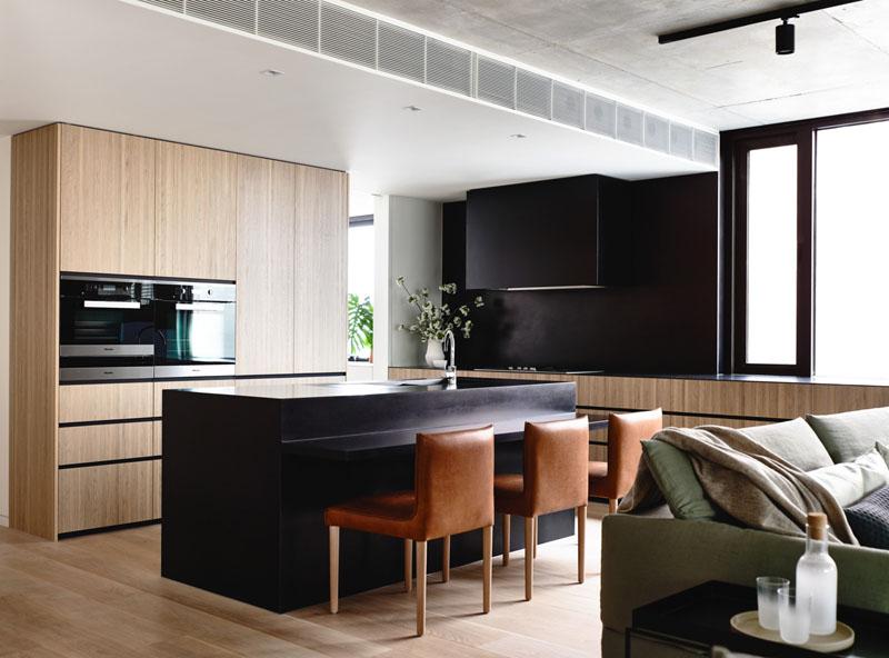 cozinha-pequena-com-geladeira-integrada-em-armário-de-madeira-parece-maior