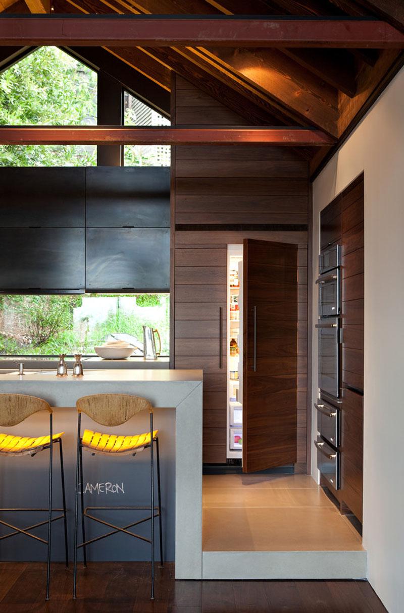 cozinha-com-concreto-lousa-e-marrom-mais-geladeira-integrada