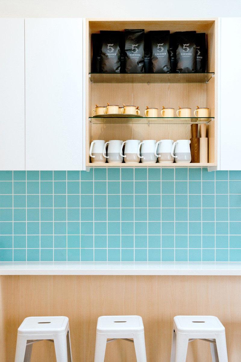 cozinha-com-backsplash-de-azulejos-azuis