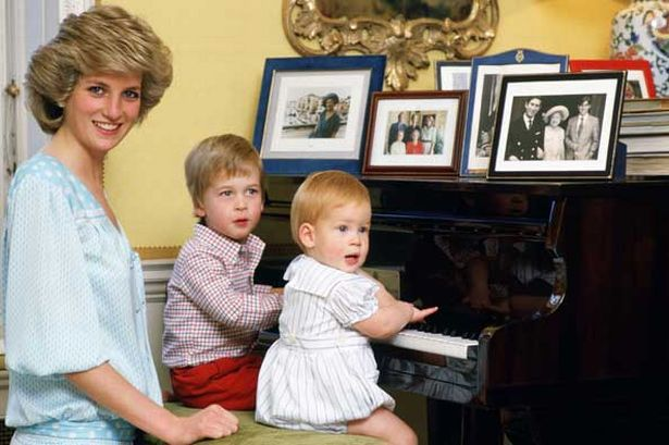 diana-princess-of-wales-with-her-sons-prince-william-and-prince-harry-at-the-piano-in-kensington-palace