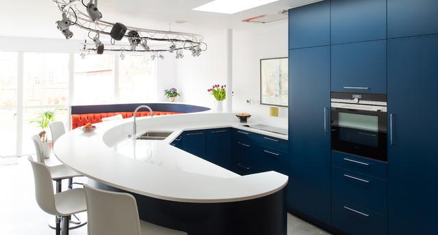 1-inspiracao-do-dia-cozinha-curva-com-sofa-vibrante