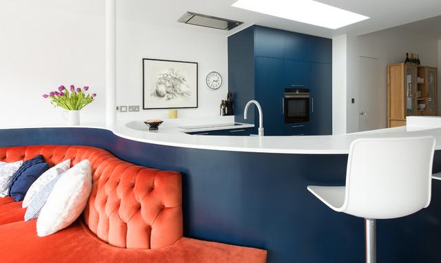 2-inspiracao-do-dia-cozinha-curva-com-sofa-vibrante