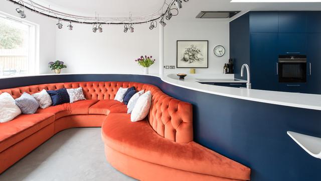 3-inspiracao-do-dia-cozinha-curva-com-sofa-vibrante