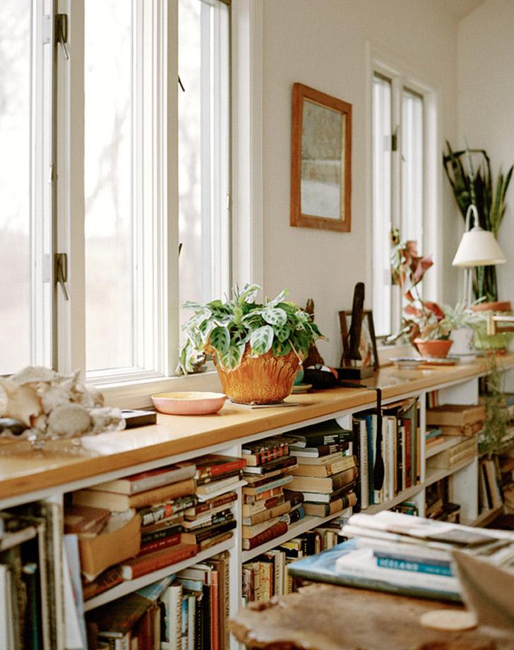 estante-bancada-repleta-de-livros-desordem-DESIRE TO INSPIRE