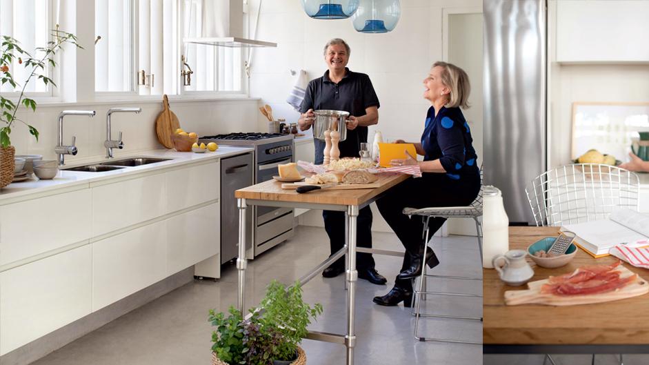 f-cozinha-toda-branca-e-cheia-de-luminosidade-para-cozinhar-com-amigos