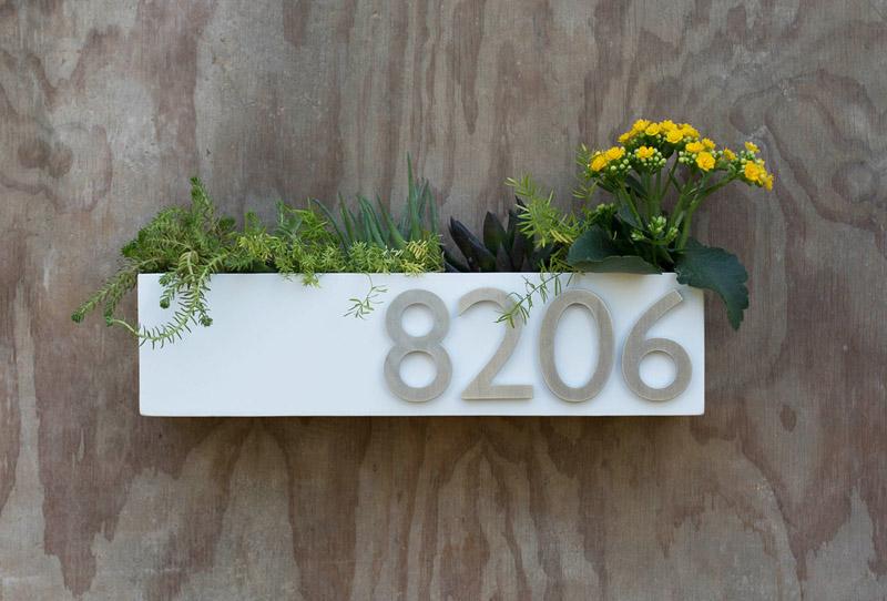 floreira-branca-com-número-da-casa-e-suculentas
