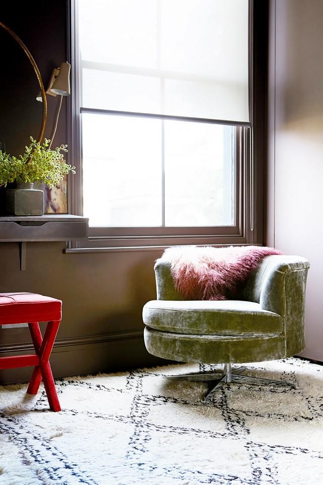 quarto-com-paredes-escuras-em-marrom-rosado-estiloso