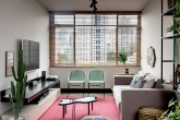 Sala de estar de base neutra, com pontos vibrantes vindo do décor