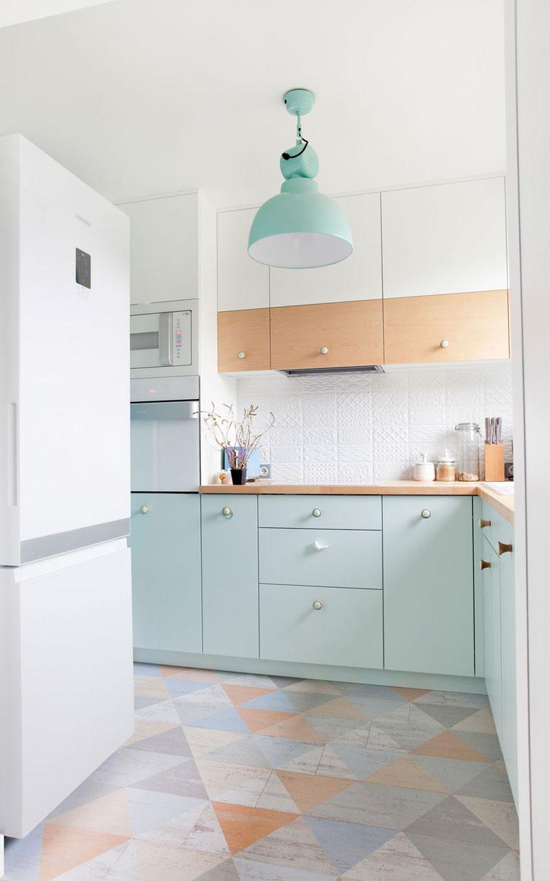 Cozinha-com-armarios-de-portas-azul-pastel-e-luminaria