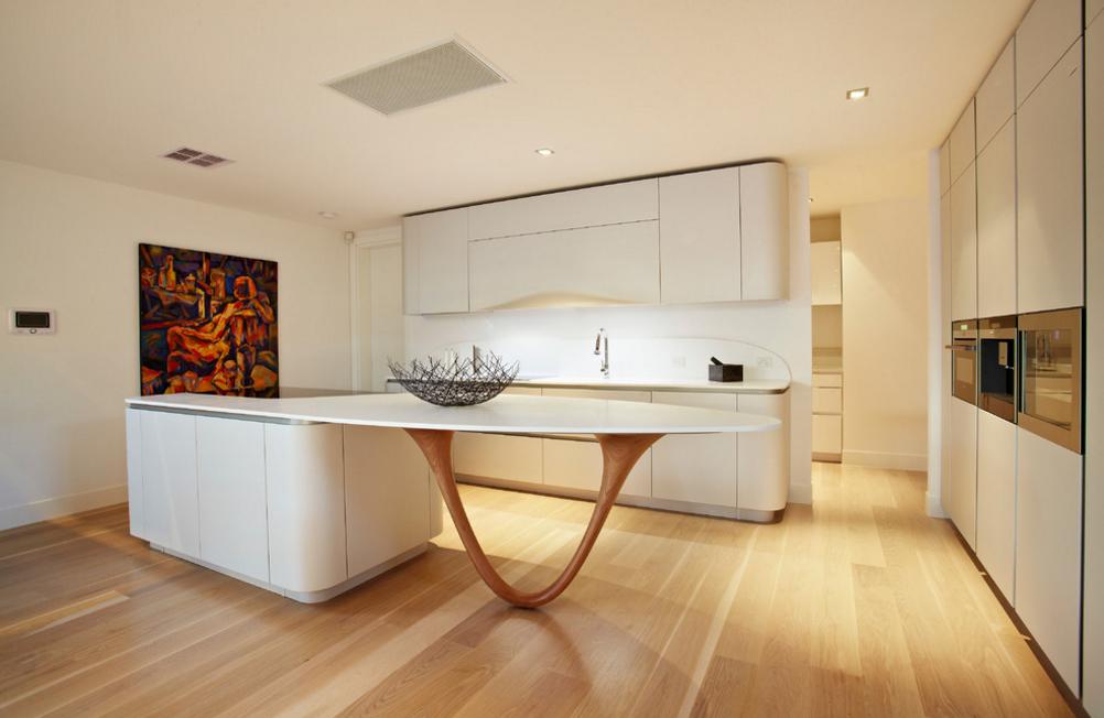cozinha-moderna-com-linhas-curvas-branco-madeira-e-geladeira-integrada