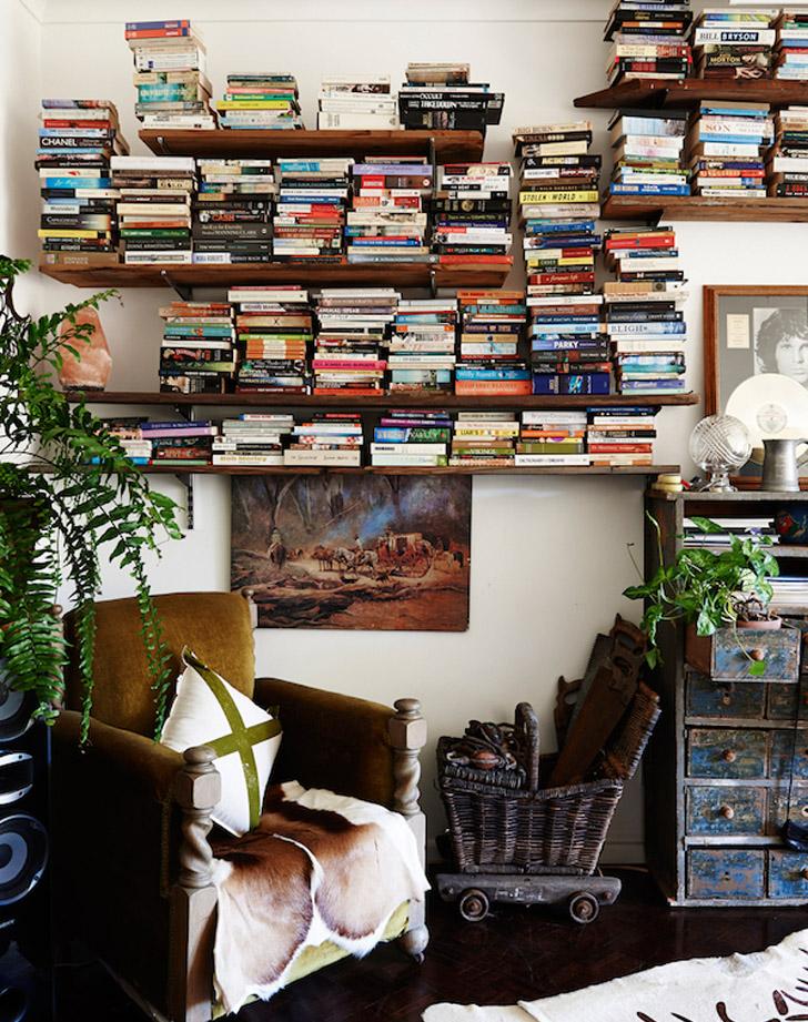 prateleiras-cheias-de-livro-desordenada-THE DESIGN FILES