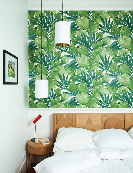 quarto-branco-com-madeira-e-papel-de-parede-de-palmeira