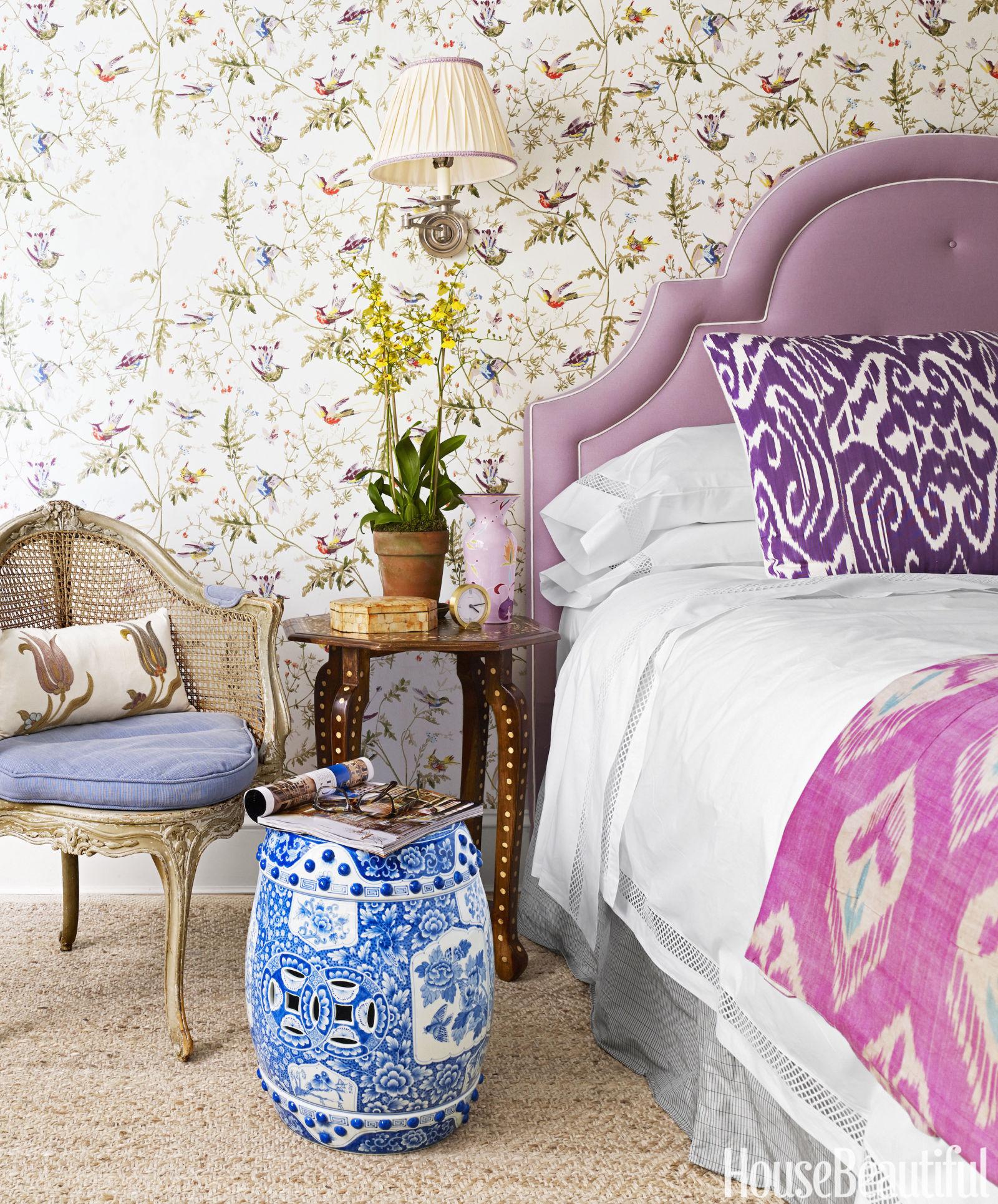 quarto-com-papel-de-parede-de-flores-e-roupa-de-cama-lilas