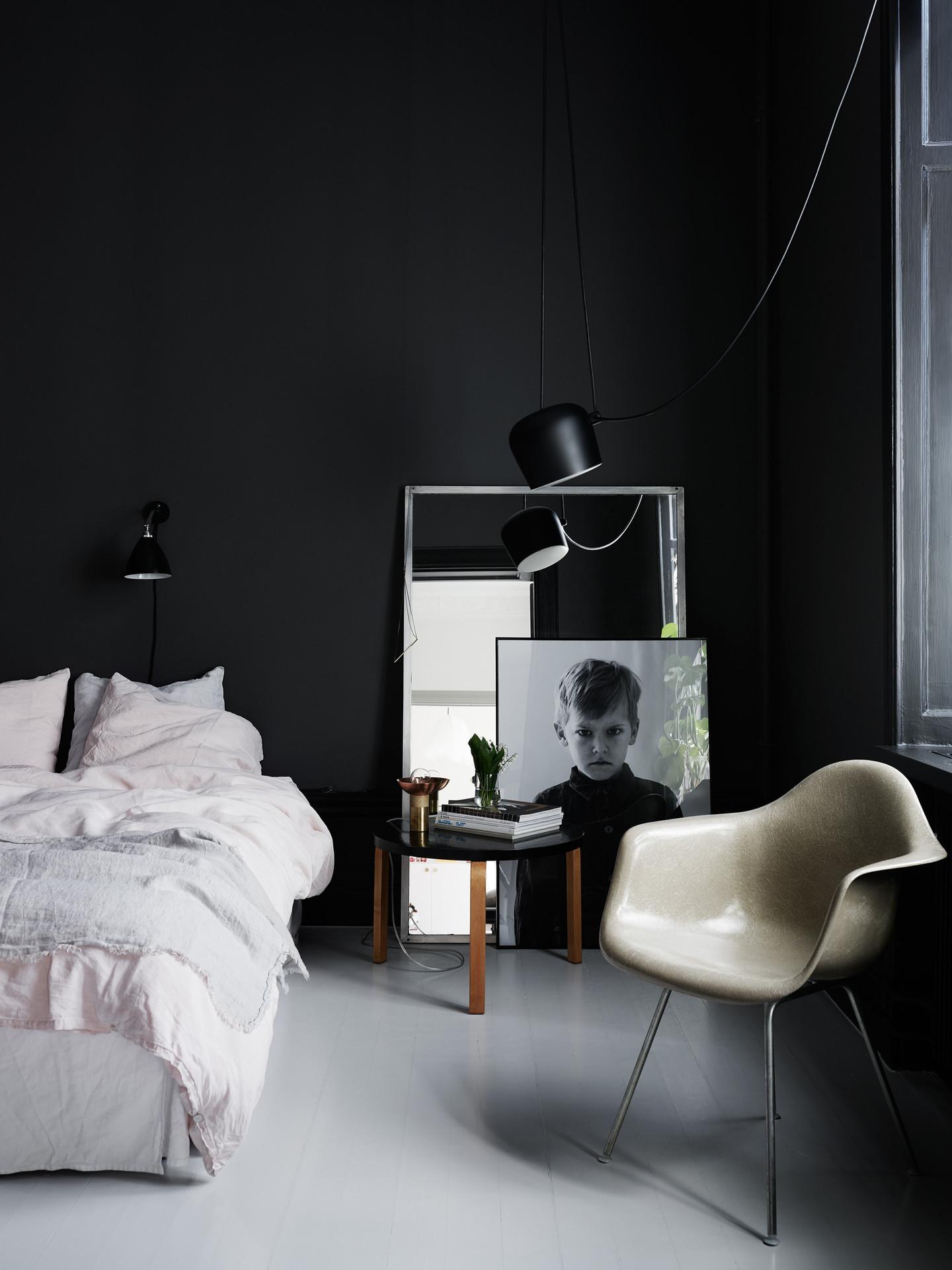 quarto-de-paredes-pretas-com-luminarias-Kristofer Johnsson e Sasa Antic