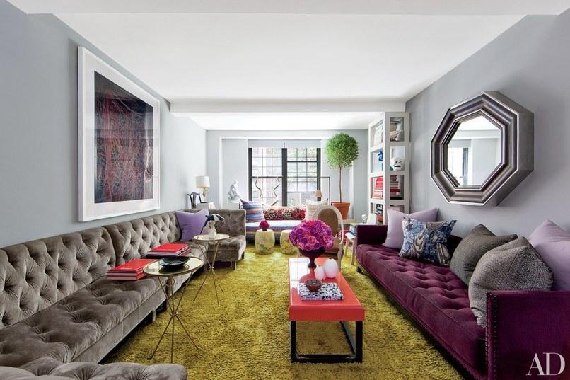 sala-cinza-azulado-com-tapete-esverdeado-e-sofa-roxo