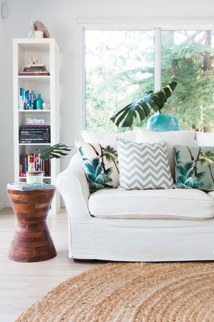 sala-de-estar-branca-com-fibras-naturais-e-almofadas-estampadas-com-palmeiras