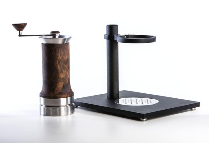 A versão de bancada é a cafeteira portátil + base em aço. A qualquer momento você pode tirar ela da base, deixando ela portátil novamente.