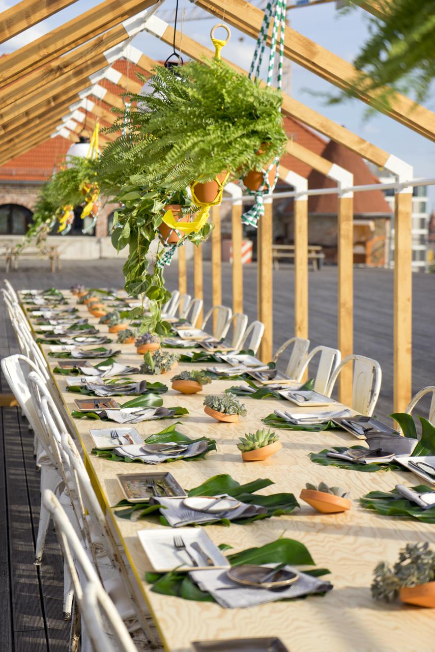 Jantar no rooftop com bastante verde