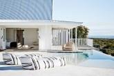 00-casa-toda-branca-se-abre-para-a-praia-na-africa-do-sul