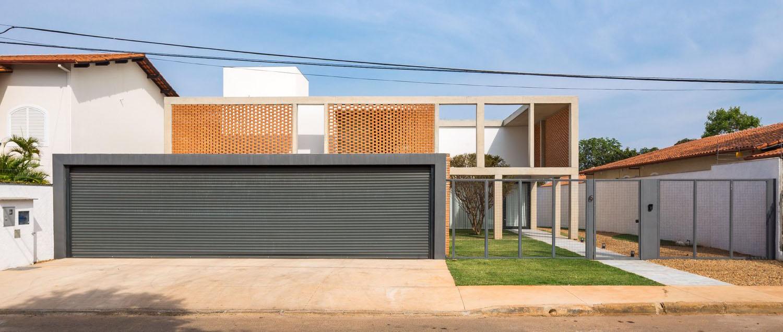 01-arquitetos-criam-grade-de-concreto-para-expandir-casa-em-brasilia