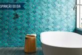 01-banheiro-com-revestimento-colorido-que-lembra-escamas