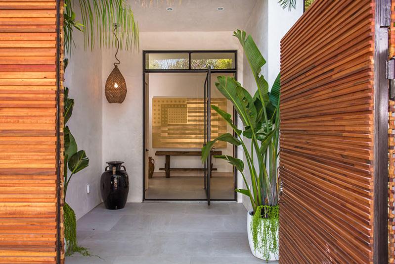 01-casa-com-decor-tropical-mistura-plantas-e-detalhes-dourados