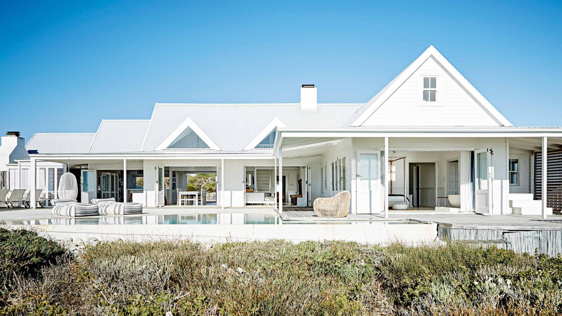 01-casa-toda-branca-se-abre-para-a-praia-na-africa-do-sul